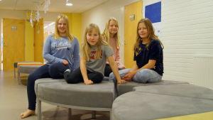 Fjärdeklassister som läser modersmålsinriktad svenska.