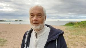 Porträttbild på Yrjö Sahlstedt.