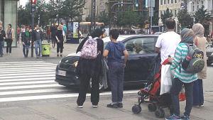 Invandrare vid en gatukorsning i Danmark