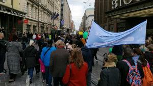Människor som demonstrerar i Helsingfors.