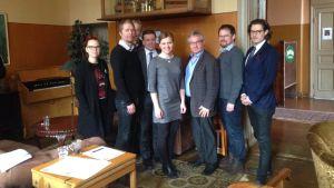 Satsar på samarbete. Från vänster: Emmi Lehtinen, Lauri Simola, Martti Markula, Ville Tavio, Sini Ruohonen, Jari Viherlampi, Petja Raaska och Joachim Hesthammer.