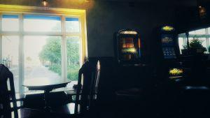 I en bar, bord och spelautomater och krukväxter