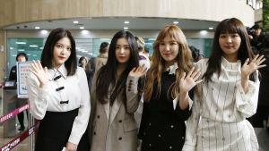 Den populära sydkoreanska K-Popgruppen Red Velvet inför avfärden till Pyongyang där flickgruppen skall uppträda inför nordkoreaner