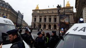 Polisen slog en järnring kring Place de l'Opéra och samlade de gula västarna i ett hörn där de inte var synliga för allmänheten. Men även turister ska ha blivit instängda och fick inte lov att gå därifrån på flera timmar.