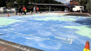 Stor karta över Borgå målad på asfalt.