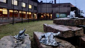 Kaarina Kaikkonens metallstatyer: ytterrockar på stenblock utanför Hanaholmen