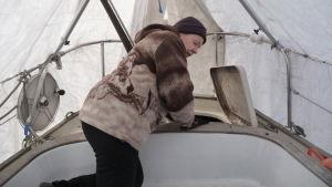 """Riitta i beråd att titta in i segelbåtens """"maskinrum"""". Också här har hon gjort en del förbättringar under vintern"""