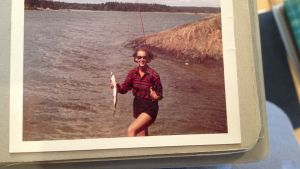Chris-May Savonius har fångat en gädda på svirvel, 1960-talet.