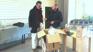 Mikael Schnitt och Thomas Luoma packar ner sakerna de fått in.