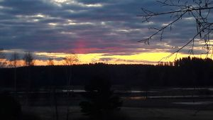 Aamu sarastaa Lohjan Hyvelänjärvellä.