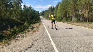 Mikko Peltola rullahiihtää.