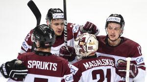 Lettlands landslag i ishockey klappar om varandra.