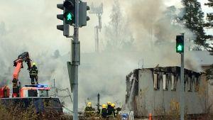 brandmän släcker eldsvåda