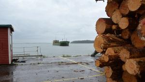 Fartyg anlöper Dalsbruks hamn.