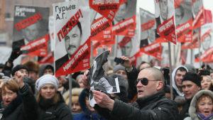 Ryska aktivister protesterade år 2013 då Ryssland antog sin egen Magnitskijlag som förbjöd amerikanska adoptioner av föräldralösa ryska barn