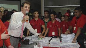 Oppositionens presidentkandidat Salvador Nasralla talar till sina anhängare.