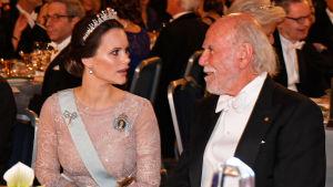 Prinsessan Sofia och  Barry C. Barish pratar med varandra.
