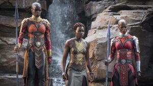 Okoye (Danai Gurira) och Nakia (Lupita Nyong'o) ser bekymrade ut.