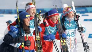 Charlotte Kalla, Ragnhild Haga, Marit Björgen och Krista Pärmäkoski på prispallen.