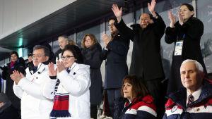 Vicepresident Mike Pence med sin fru Karen sitter på bänkraden framför Kim Yo-Jong och Kim Yong-Nam. Det sydkoreanska presidentparet står och klappar klädda i vita rockar