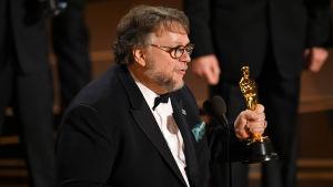 Närbild på Guillermo del Toro på Oscarsgalan 2018.