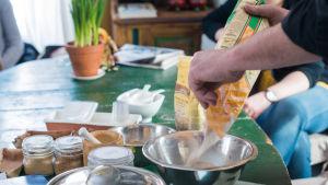 Mjöl hälls i en rostfri skål.