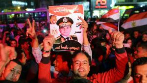En anhängare firar Abdul Fatah al-Sisis  seger i presidentvalet 2018.