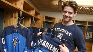 Jesperi Kotkaniemi presenterar sin tröja.