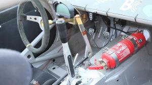 Med växelspaken i bilen kan föraren växla upp och ner utan koppling. Vilken växel som är i visas på en display. Brandsläckaren är ett måste i bilen.