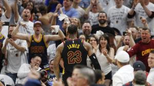 LeBron James hyllas av publiken.