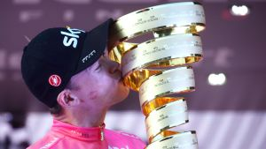 Cyklisten Chris Froome kysser segerpokalen.