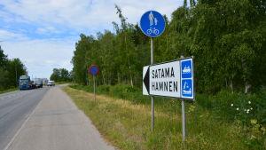 Skylt som pekar mot Vasa hamn, utanför Wasalandia.