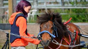 Adele tillsammans med sin ponny