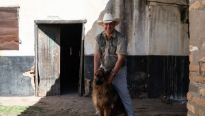 Darin Smarts schäfer Alaska följer honom hack i häl vart han än går. Darryn har vuxit upp på farmen och säger att trots att jordbrukarlivet är hårt är det allt han känner till - han kan inte tänka sig något annat liv.