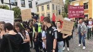 """Demonstranter med skyltar där det bl.a. står """"30-talet ringde, de vill ha tillbaka sin politik"""""""