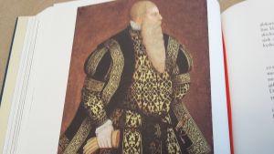 Ekenäsguiden Anne Ingman har låtit sy upp Gustav Vasas kläder för sina tidsresor
