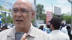 Carlos Fernando Chamorro är son till Violeta Chamorro, som blev vald till president 1990, och till journalist Pedro Joaquín Chamorro som blev mördad 1978 vilket var gnistan till den sandinistiska revolutionen.