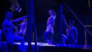 Arctic Ensemble -ryhmä on lavalla dramaattisten esiintymisvalojen hämyssä.