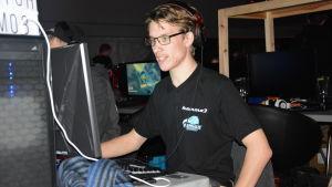 En man spelar på en dator.
