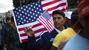 Centralamerikanska migranter, främst från Honduras, stod i matkö i Tijuana på lördagen den 24.11.