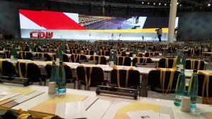En bild från en stor sal med många stolar. Mötet är för Tysklands kristdemokratiska union.