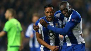 Moussa Marega och Hernani firar.