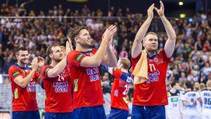 De norska handbollsherrarna tackar publik efter sin semifinalseger.