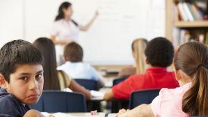 Ledsen pojke i ett klassrum.