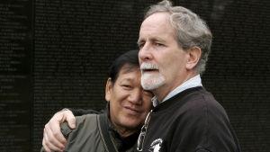 Krigsveteranerna, Ho Sy Hai som stred för de nordvietnamesiska trupperna och amerikanska Frank Corcoran, lider båda av sjukdomar orsakade av växtgiftet Agent Orange. De kämpar för att USA ska betala ersättningar åt offren.