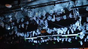Plastförpackningar i taket på scenen i Tryckeriteatern i Karis.