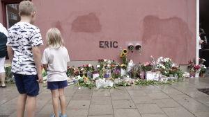 Det var många som kom till en minnesstund för Eric Torell på den innergård där han sköts ihjäl i början av augusti 2018.