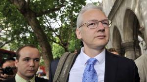 Julian Assange anländer till Högsta domstolen i London 12.7.2011. Assange vädjar om att inte bli utlämnad till Sverige