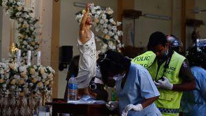 Kriminaltekniker fortsatte sitt arbete i en av de drabbade kyrkorna, St Sebastian i Negombo, på måndagen.