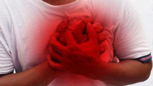 En person håller för hjärtat.